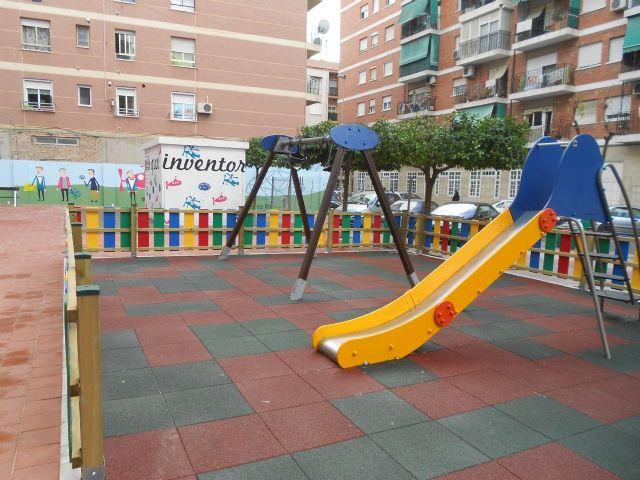 Los vecinos de San Antón ya pueden disfrutar de un jardín más moderno y colorista en las calles Nueva y Umbrete - 1, Foto 1