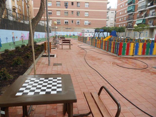 Los vecinos de San Antón ya pueden disfrutar de un jardín más moderno y colorista en las calles Nueva y Umbrete - 2, Foto 2