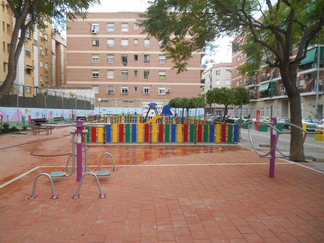 Los vecinos de San Antón ya pueden disfrutar de un jardín más moderno y colorista en las calles Nueva y Umbrete - 3, Foto 3