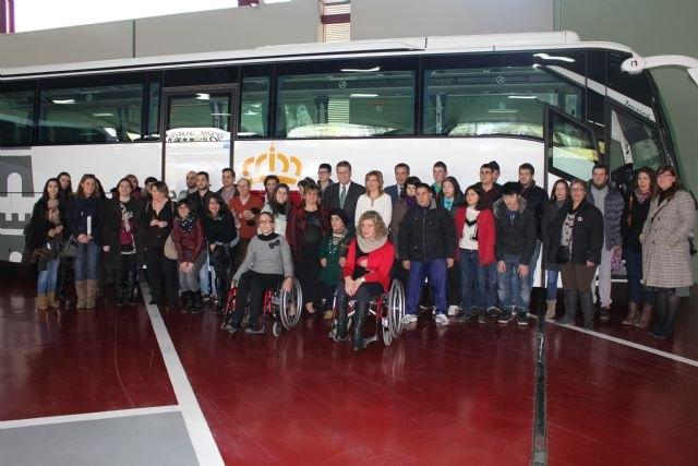 La Comunidad pone a disposición de Famdif autobuses adaptados para los desplazamientos de 3.700 personas con discapacidad física