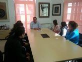 El alcalde recibe a las jóvenes periodistas del colegio de Carmelitas