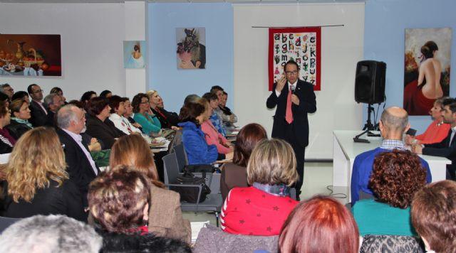 Más de 150 mujeres asistieron a la conferencia 'Por qué gatear cuando puedes volar' del consagrado psicólogo Bernabé Tierno - 1, Foto 1