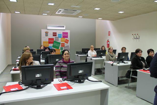 Se clausura un curso de informática y se inauguran otros dos también para mujeres, Foto 1