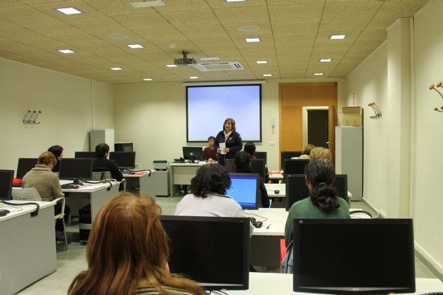 Se clausura un curso de informática y se inauguran otros dos también para mujeres, Foto 2
