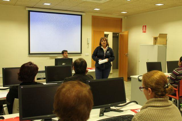 Se clausura un curso de informática y se inauguran otros dos también para mujeres, Foto 3