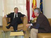 El consejero de Presidencia recibe al alcal de de Ojós