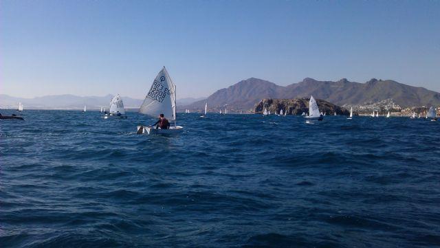 82 barcos de vela infantil surcan las aguas de la Bahía de Mazarrón, Foto 2