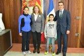 La alcaldesa felicita a Adrián Gracia y Cristina Gómez por sus victorias en los campeonatos de squash sub 11 y sub 19