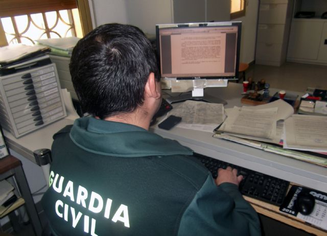 Fotos: Un guardia civil instruyendo diligencias y varias instantáneas de puesta a disposición judicial de detenidos (archivo)., Foto 1