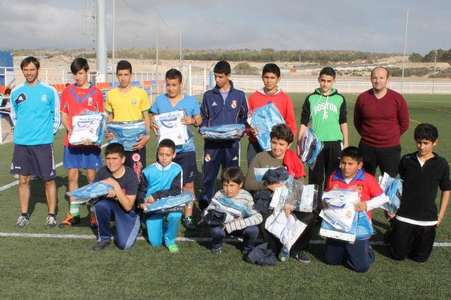 Entregadas las equipaciones de la escuela socio-deportiva de la