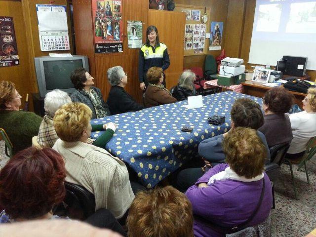 La Policía Local imparte una charla informativa a la Asociación de Amas de Casa