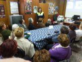 La Policía Local imparte una charla informativa a la Asociación de Amas de Casa 'Las Tres Avemarías' sobre educación vial
