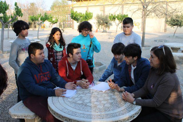 Los jóvenes del municipio disfrutan aprendiendo en el taller de cine impartido en los institutos y organizado por el Ayuntamiento de Alhama de Murcia, Foto 1