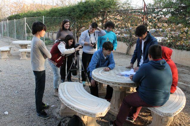 Los jóvenes del municipio disfrutan aprendiendo en el taller de cine impartido en los institutos y organizado por el Ayuntamiento de Alhama de Murcia, Foto 2