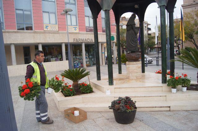 Colocan nueva ornamentación floral en los espacios públicos donde se desarrollarán los principales actos públicos de la Semana Santa