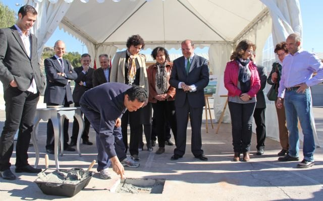 La Alcaldesa y el Consejero de Educación colocan la primera piedra de la nueva Escuela Infantil que se construirá junto al CEIP Asunción Jordán - 1, Foto 1