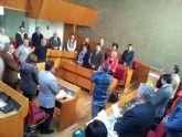 El Pleno del Ayuntamiento de Lorca guarda un minuto de silencio en memoria de Adolfo Suárez