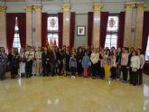 María Dolores Sánchez ofrece una recepción a estudiantes del CEIP Pedro Pérez Abadía que participan en un proyecto Comenius