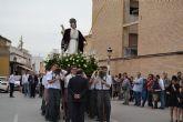 Los alumnos del San Pedro Apóstol trasladan en procesión la imagen de San Juan Evangelista