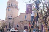 Engalanan con una treintena de banderolas ornamentales las principales calles por donde transcurrirán los desfiles procesionales de Semana Santa