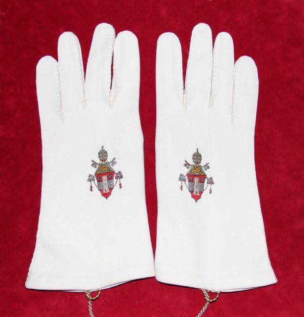 El Museo de la Catedral expone unos guantes de Juan XXIII y un solideo de Juan Pablo II - 1, Foto 1