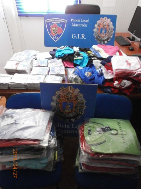 La Policía Local decomisa diversos productos ilegales en el mercadillo de Puerto de Mazarrón, Foto 1