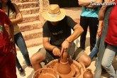 El mercadillo artesano de La Santa congrega a numeroso público en las inmedicaciones del atrio del santuario en una jornada festiva