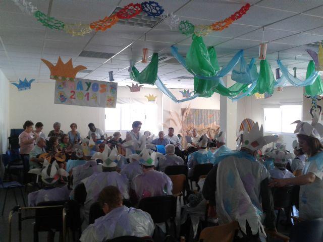 Los usuarios del Centro de Día también celebran Los Mayos, Foto 1