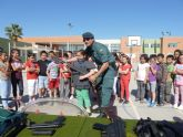 Los alumnos del colegio José Antonio se interesan porel trabajo de la Guardia Civil