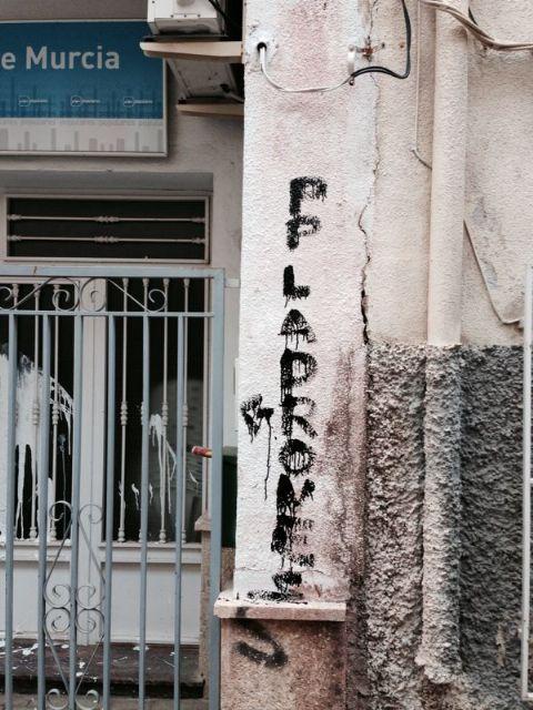Aparecen pintadas en la sede del Partido Popular de Alhama de Murcia, Foto 2