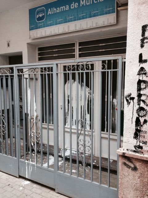 Aparecen pintadas en la sede del Partido Popular de Alhama de Murcia, Foto 4