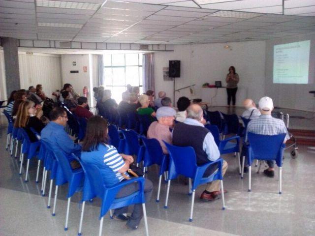 Una charla pone de manifiesto la importante labor de aquellas personas implicadas en el cuidado diario de enfermos dependientes, Foto 1