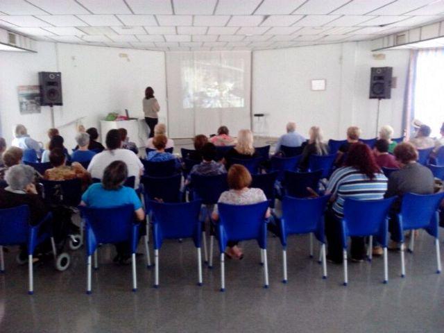 Una charla pone de manifiesto la importante labor de aquellas personas implicadas en el cuidado diario de enfermos dependientes, Foto 2