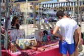Una treintena de comerciantes muestran sus productos en el mercado de artesanía de La Sal