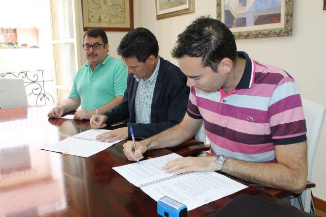 El Ayuntamiento de Alhama firma un convenio que mejora el servicio de recogida de aceite usado, Foto 1
