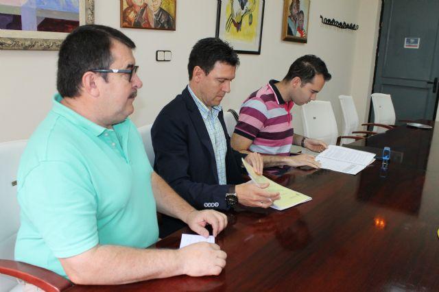 El Ayuntamiento de Alhama firma un convenio que mejora el servicio de recogida de aceite usado, Foto 2