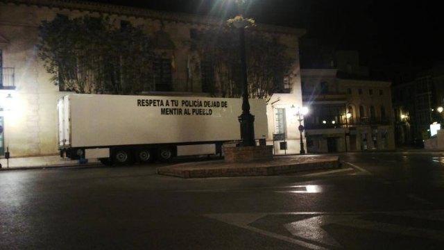 Aparcan el remolque de un tráiler en la puerta del ayuntamiento de Totana como medida de protesta, Foto 2