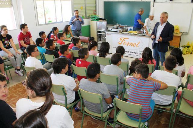 Los escolares de Mazarrón conocen el atún rojo y otros productos de Mazarrón 'cocinando con el alcalde' - 1, Foto 1