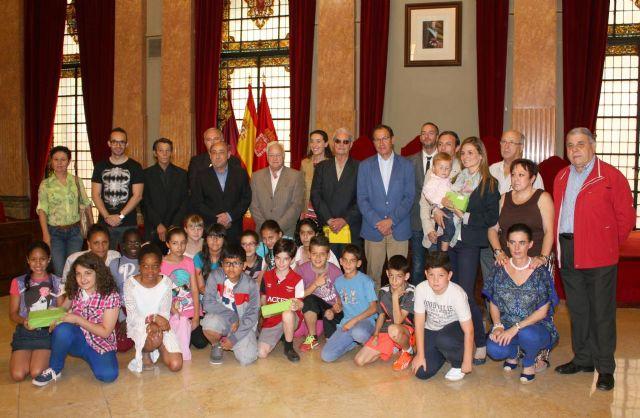 El Alcalde entrega los premios a los ganadores del concurso del decálogo del buen vecino - 1, Foto 1
