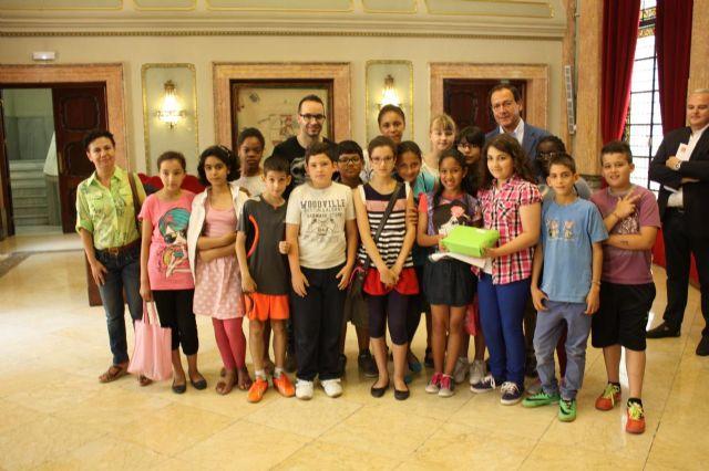 El Alcalde entrega los premios a los ganadores del concurso del decálogo del buen vecino - 3, Foto 3