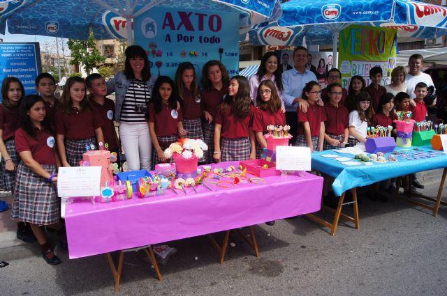 Los alumnos del Colegio Reina Sofía han promocionado y vendido los productos de sus jóvenes empresas en el mercadillo semanal de Totana, Foto 1