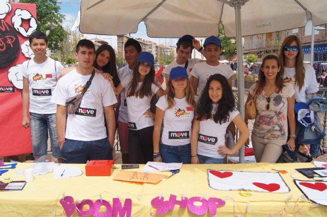 Los alumnos del Colegio Reina Sofía han promocionado y vendido los productos de sus jóvenes empresas en el mercadillo semanal de Totana, Foto 2