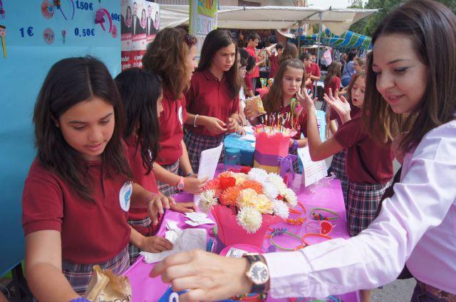 Los alumnos del Colegio Reina Sofía han promocionado y vendido los productos de sus jóvenes empresas en el mercadillo semanal de Totana, Foto 3