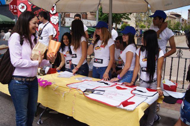 Los alumnos del Colegio Reina Sofía han promocionado y vendido los productos de sus jóvenes empresas en el mercadillo semanal de Totana, Foto 4