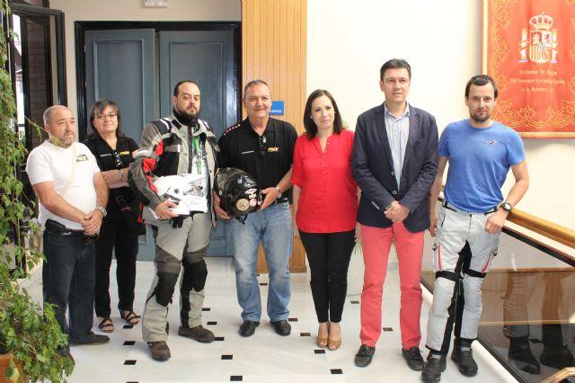 El alcalde recibe a representantes de la PMSV que se encuentran de viaje por España reivindicando una mejor seguridad y educación vial, Foto 1