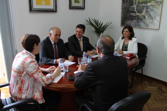 El presidente regional anuncia en su visita al municipio que la construcción del nuevo edificio del Valle de Leiva se hará a cargo de fondo FEDER, Foto 1
