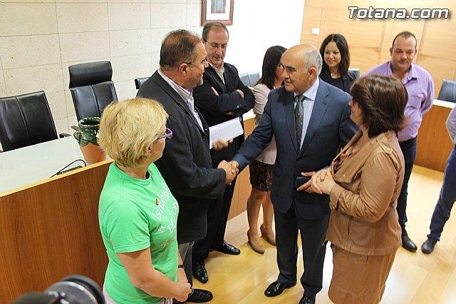 IU-verdes entrega una carta al Presidente, Alberto Garre, Foto 1