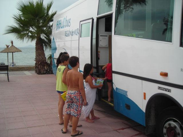 Cultura acerca la biblioteca a las playas durante los meses de verano, Foto 1