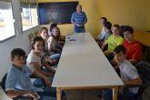 Voluntarios cívicos llevan a cabo una actividad de intercambio de conversación en francés