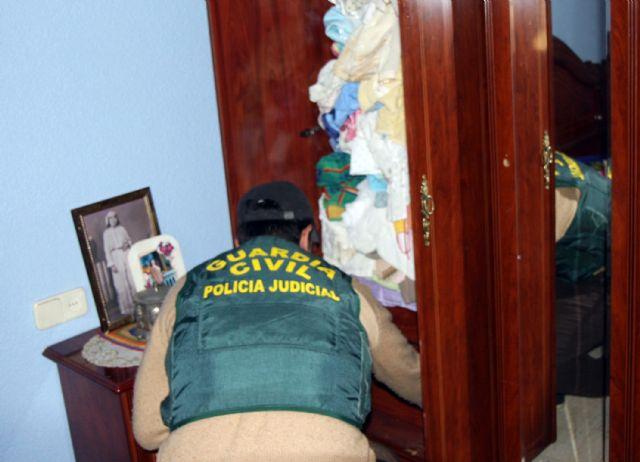 La Guardia Civil desmantela tres grupos que introducían hachís en dobles fondos ocultos  en camiones y furgonetas
